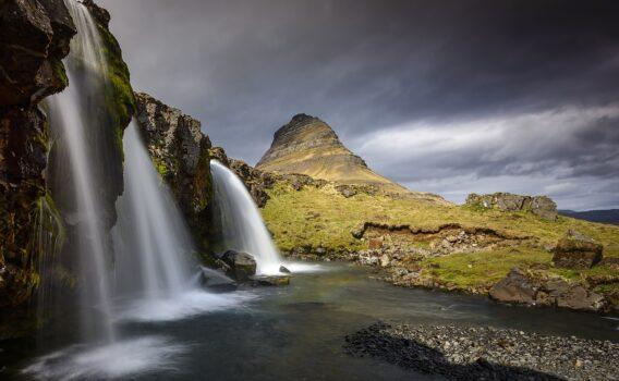 キルキュフェトルの山と滝 アイスランドの風景