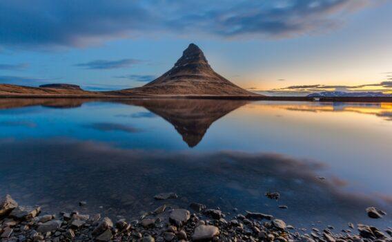 朝のキルキュフェトル山 アイスランドの風景