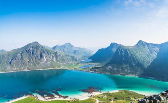 夏のロフォーテンのビーチと山並み ノルウェーの風景