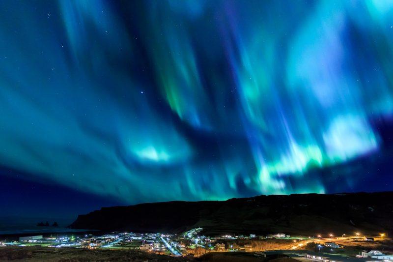 アイスランド本島の最南端にある町ヴィーク(ヴィーク・イ・ミールダル)とオーロラ