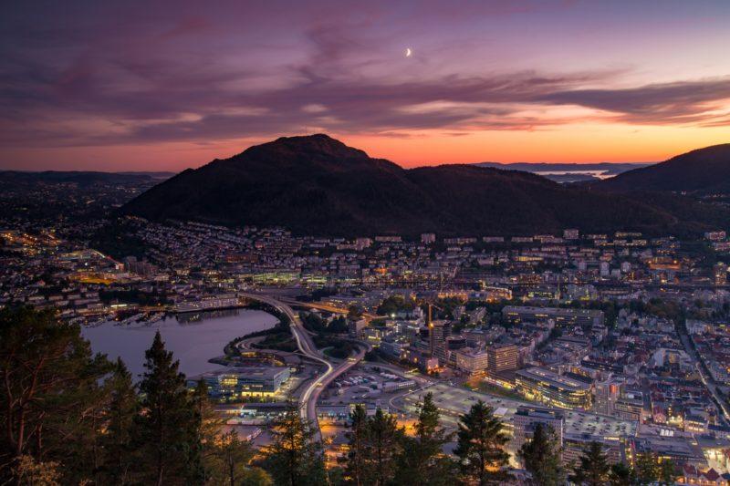 ベルゲンの夏の夕暮れの風景 ノルウェー