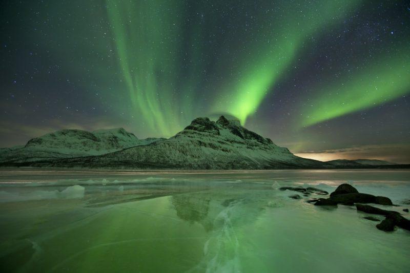 冬のノルウェーのオーロラ風景