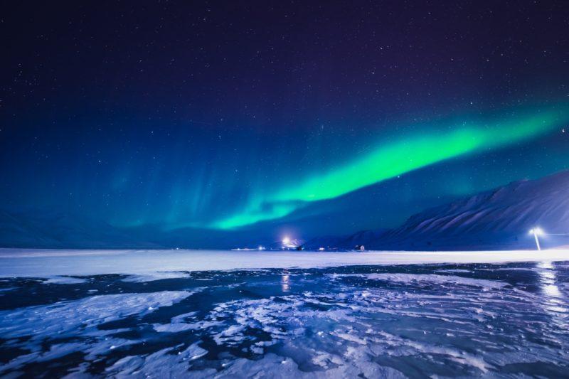 ノルウェーのオーロラ スヴァールバル諸島ロングイェールビーン