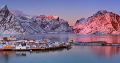 冬の夕暮れのレーヌの村 ノルウェー北部 ロフォーテン諸島