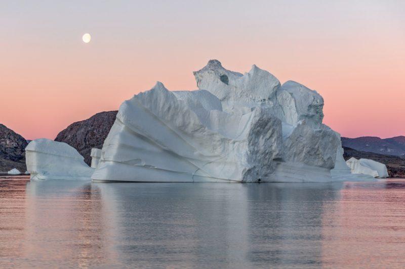 グリーンランドの西部 ヤコブスハウン氷河から流れ出て、ディスコベイに浮かぶ巨大な氷山