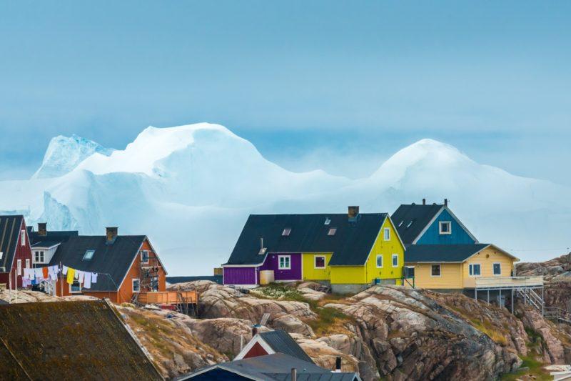 イルリサットの家とそばに浮かぶ氷山