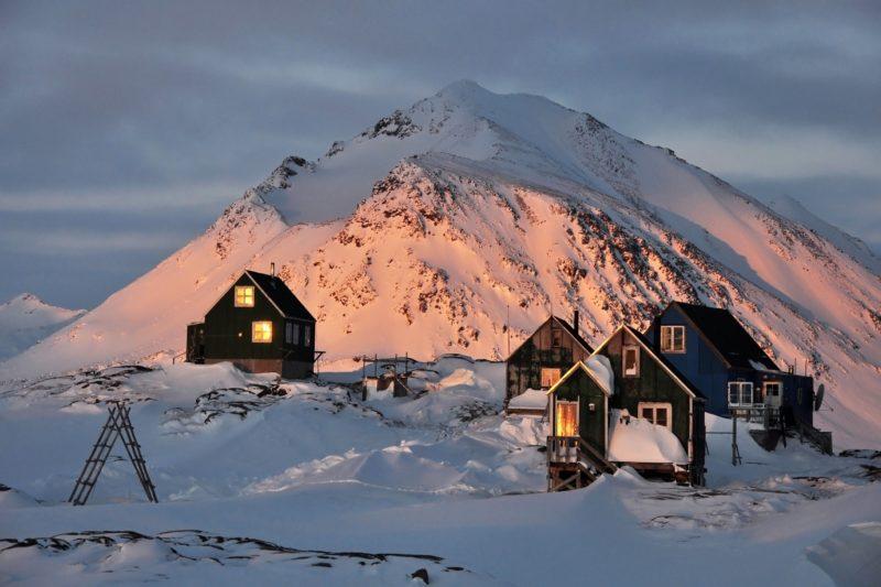 冬の夕暮れのクルスク村の伝統的な家々
