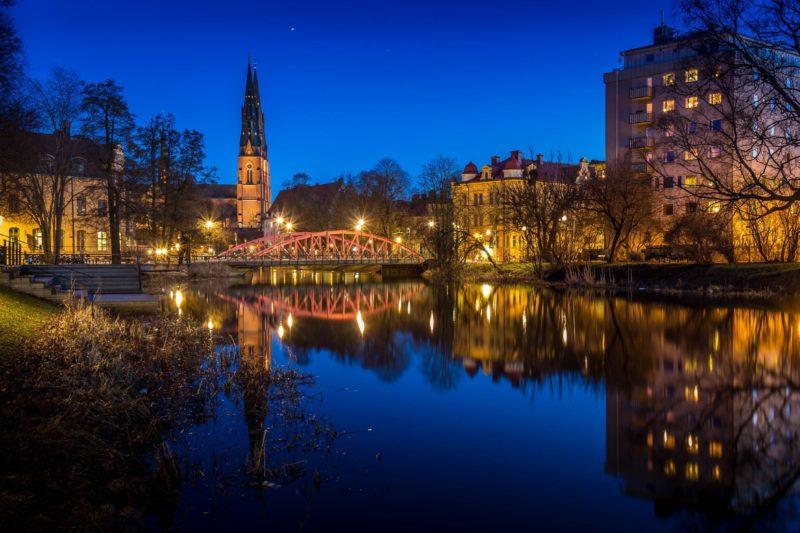 夜の教会とフィリス川 ウプサラの風景