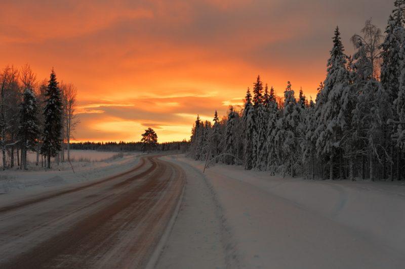 荘厳な冬の朝焼け スウェーデンの北の町「キルナ」とフィンランドのロバニエミを結ぶ道の風景